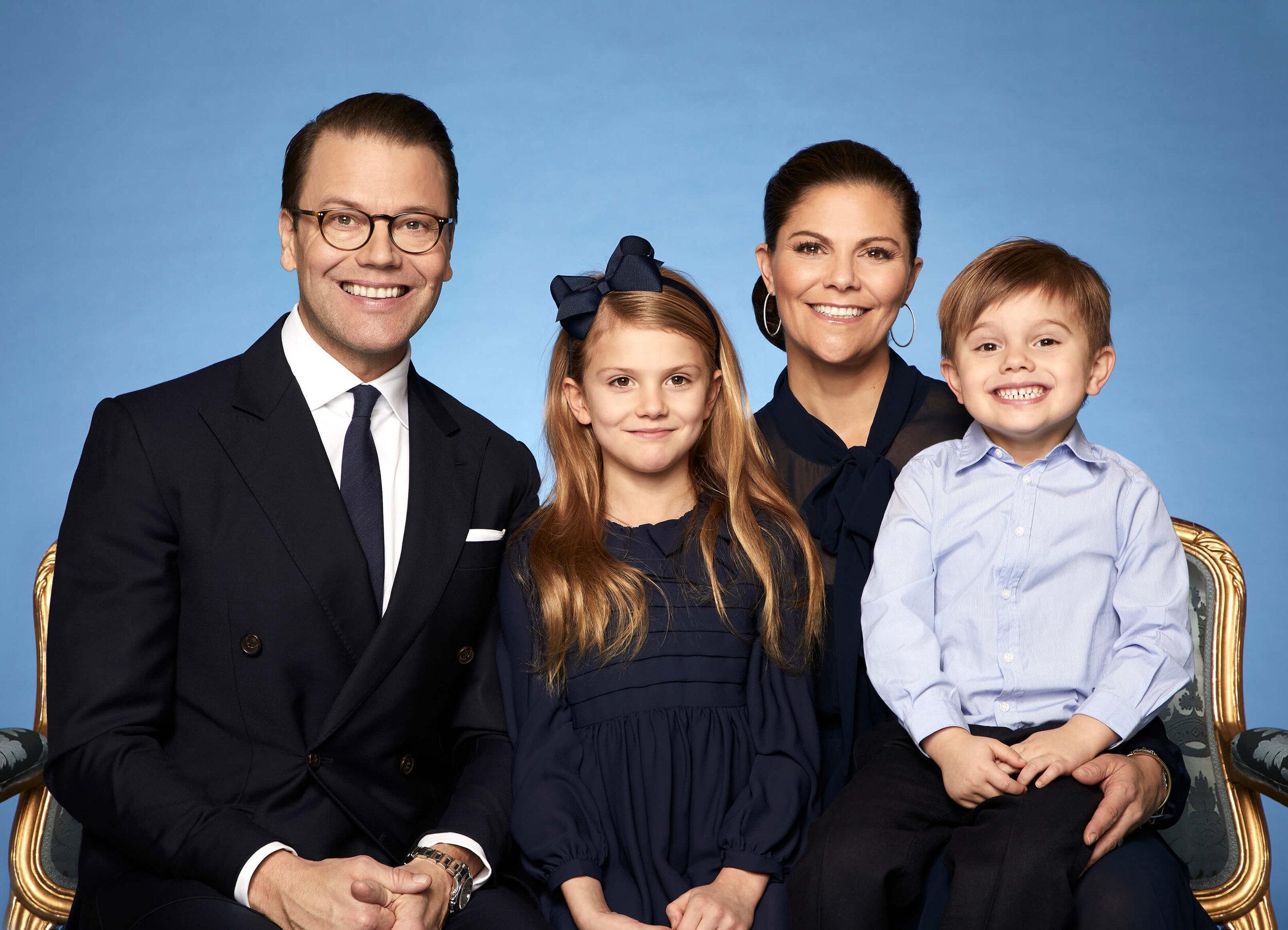Endlich zu fünft: Kronprinzessin Victoria und Prinz Daniel haben Prinzessin Estelle einen großen Wunsch erfüllt und einen Welpen adoptiert.  © Anna-Lena Ahlström, Kungahuset