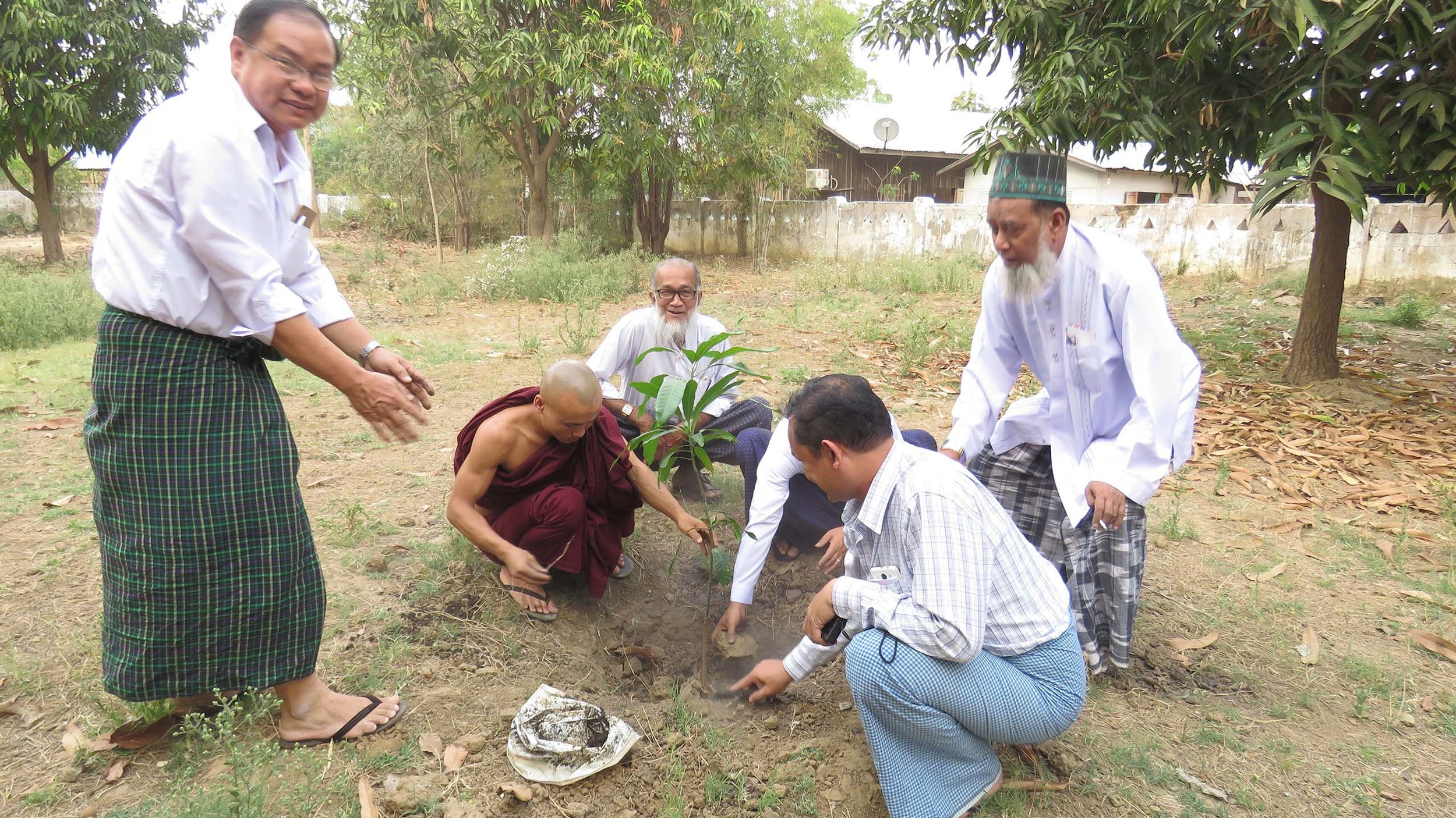 Meikhtila Interfaith Committee members plant trees together at Yadanar Oo Monastery. Source: Su Wai Phyoe /  RfP Myanmar