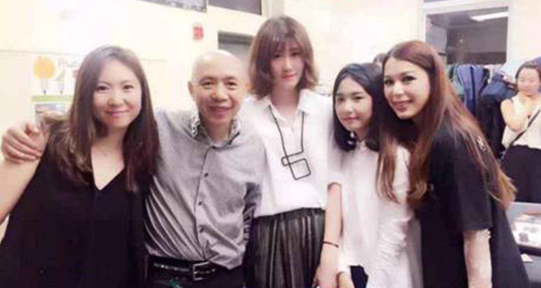 悕服饰设计师、主办方AmeriChina及工作人员在2016春夏时装发布会后台