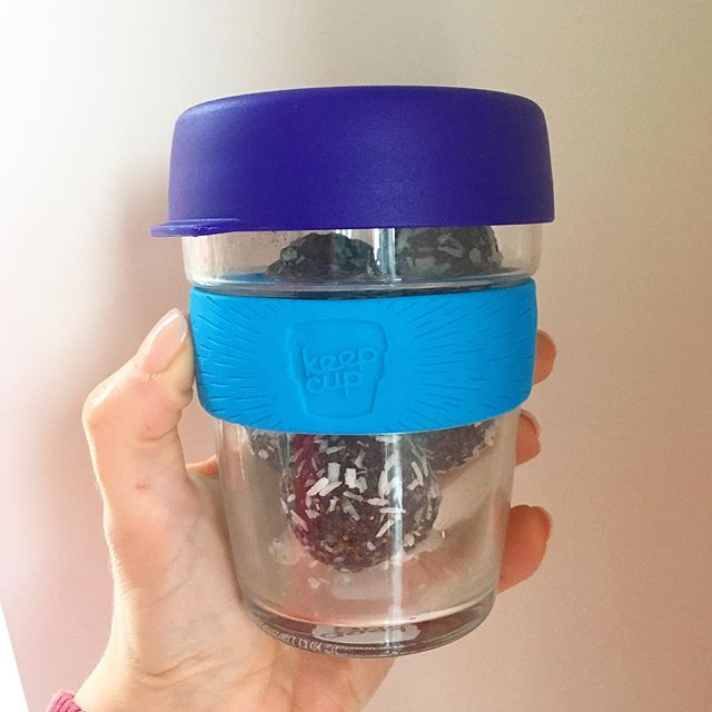 Sometimes my Keepcup doubles as a snack container! Why would I only use it only for coffee when it stores my energy balls so perfectly!👌 It's also been known to hold yogurt, oatmeal, or veggie sticks on errand days and road trips, because it fits perfectly in the cup-holder! 🚙 . . . . . #keepcup #multipurpose #reusable #thinkoutsidethebox #innovate #nosingleuseplastic #reusablecoffeecup #baristaapproved #coffeetime #vegan #coffeecup #coffee☕ #healthybreakfast #potandpantry613 #idigelgin #upperelgin #elginstreet #ottawa #shoplocalottawa