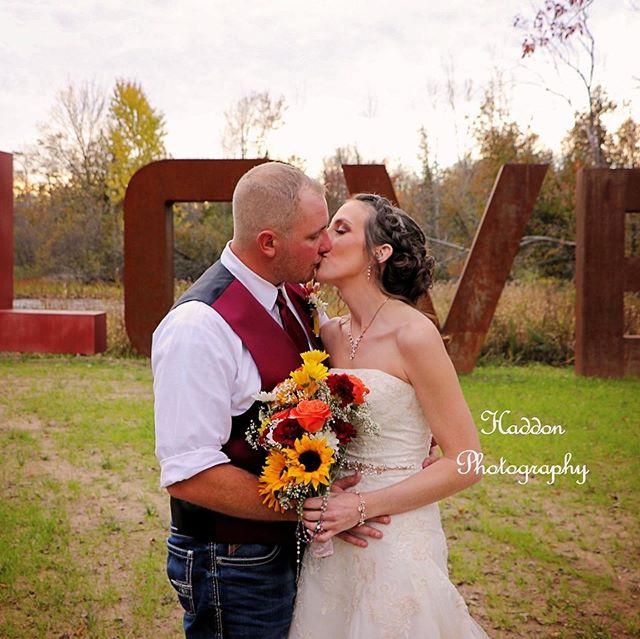 Batenburg Wedding . . . #tobaccoranch #claremi #tobaccoranchclaremi #boutiquepopup #michiganweddings #bridesmagazine #theknot #modernbrides #michiganweddingvenue #weddingvenue #rusticindustrial #rusticindustrialbarn #barnwedding #michiganbarns #weddingplanning #engaged