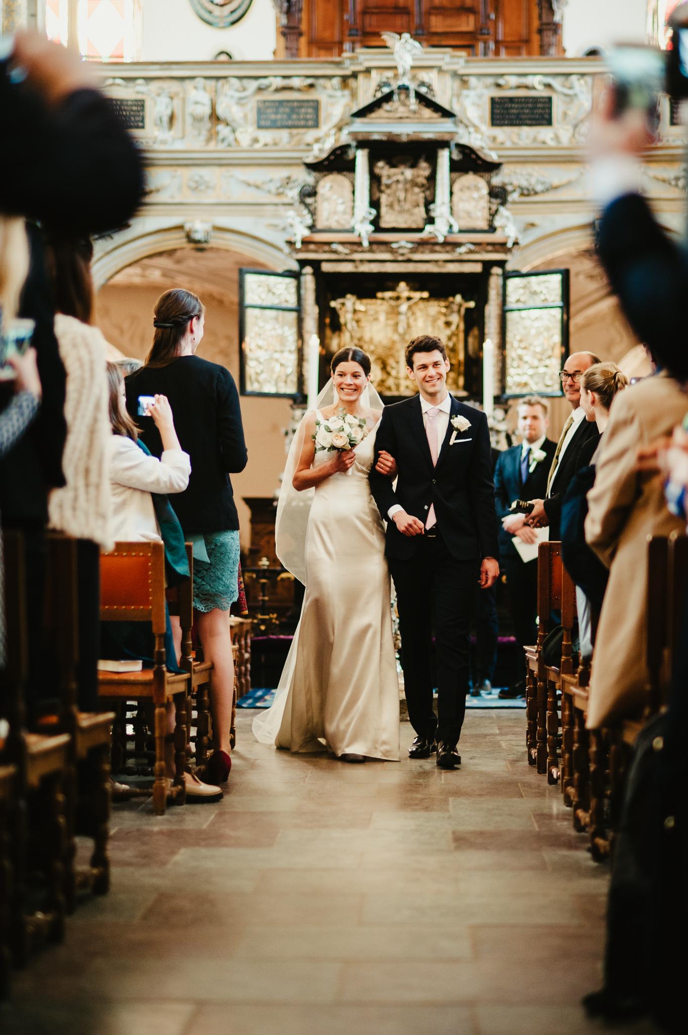 kirkebryllup enkel skræddersyet brudekjole fyn