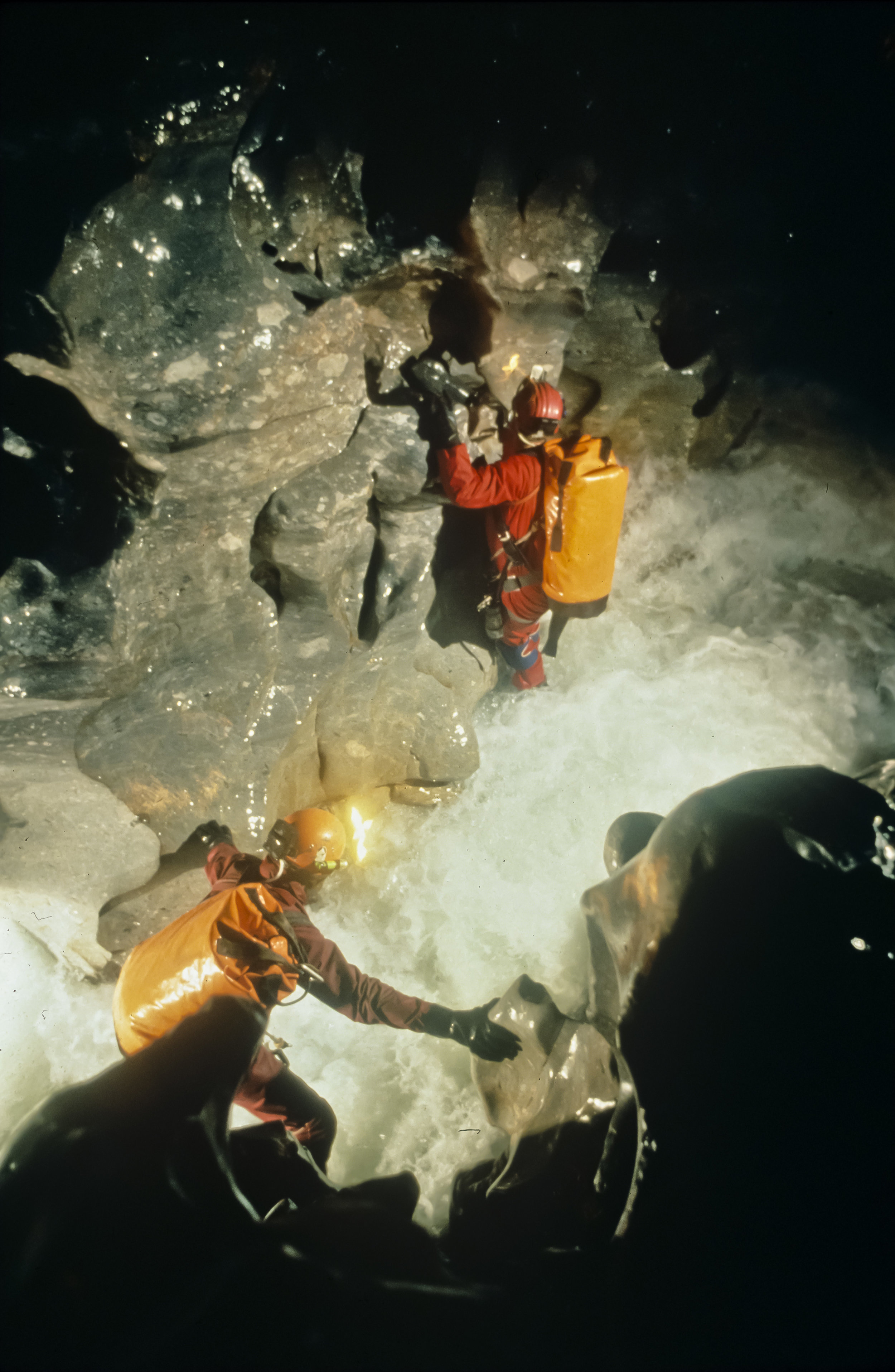 Sloan and Porter make their way along the Upper Gorge at a depth of 700m. Photo by U. S. Deep Caving Team/Wes Skiles.