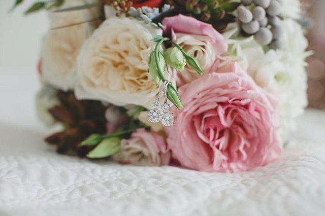 Bouquet love ♥️ . . . . . . . #everysquareastory #photosinbetween #lovelysquares #inspiremyinstagram #visualcrush #theeverygirl #oneofthebunch #feelfreefeed #morningslikethese #seekthesimplicity #darlingmovement #postitfortheaesthetic #pursuewhatislovely #fromabove #liveunscripted #insearchofjoy #bespokewedding #newlyengaged #elegantwedding #sobridaltheory #theweddingbliss #thedailywedding #pursuepretty #ashleyjanephoto #staugustinewedding #weddingbouquet #bridalbouquet #weddingflowers #flowerstagram #flowerslovers