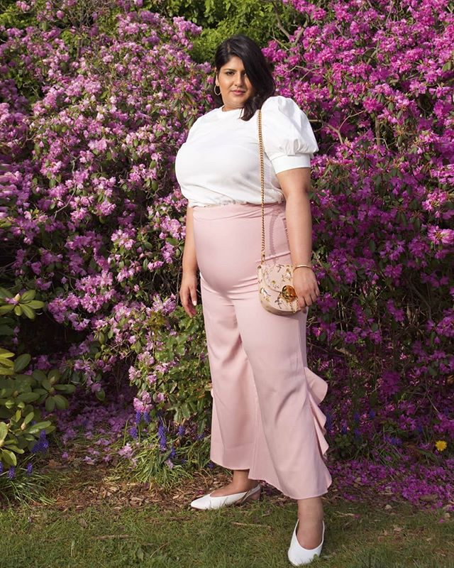 Yes, you can see my tummy in these pants. Yes, I still look cute AF! 😌  More information about this look on the blog (click link in bio 👆🏽) 📸 @theprepguy  #effyourbeautystandards #joefresh #shein #plussizefashion #plussize #fashion #pink #mua #Oakville