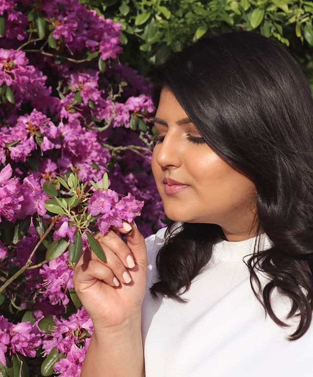 Everyone loves a dramatic flower sniffing shot 🌺👃🏽😂 . On an unrelated note, I have my updated skincare routine on the blog. (click the link in bio 👆🏼) . 📸 @theprepguy .#skincare #plussizefashion #Oakville #prepsters #sensitiveskincare #clinique #maccosmetics #vichy #toronto #flowers #dryskin