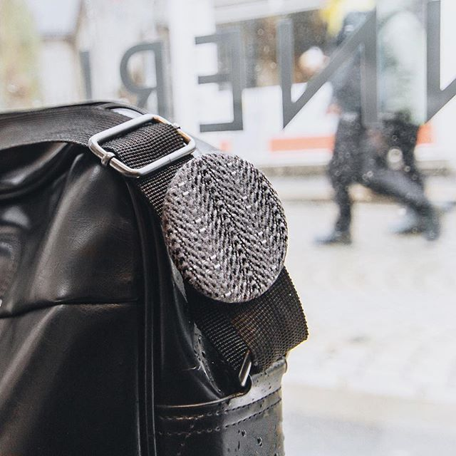Wonder how you can use your Reflective Tweed buttons? Here is one example on attaching it to a bag strap. #uses #bag #strap #cofl #coflnorway #conductoroflight #street #bergen #norway #rainyday #accessories #reflective #tweed #button #leather #black