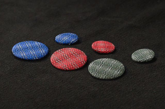 We can finally announce three new Reflective Tweed Button colours in the store! We've called them Blueberry Blue, Striking Red & Forrest Green. All in Large and Medium size. You can pick up our buttons at our store! #reflex #reflective #wool #reflectiveyarn #design #designproduct #uniquegift #fashionpost #fashionist #accessories #accessoriesoftheday #accessorieslover #accessoriesdesign #3m #forestgreen #blueberryblue #strikingred #fashionstyle #cofl #conductoroflight #norway #bergen