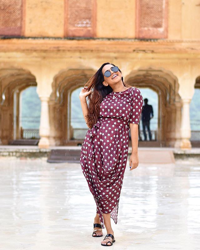 she acts like summer & walks like rain 🌧🕌 #AshniMeetsWorld #Jaipur #AmerFort