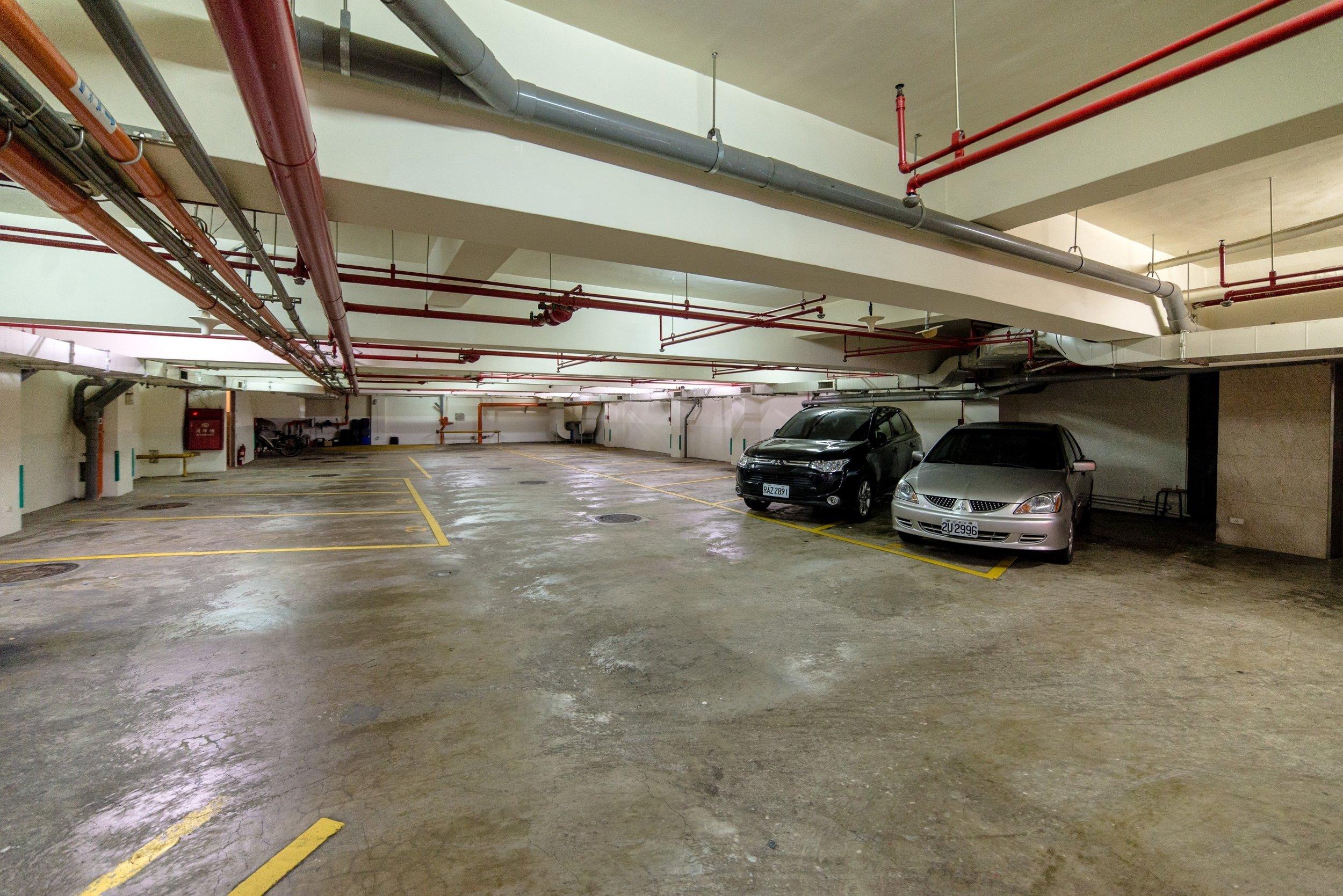 室内駐車場 -