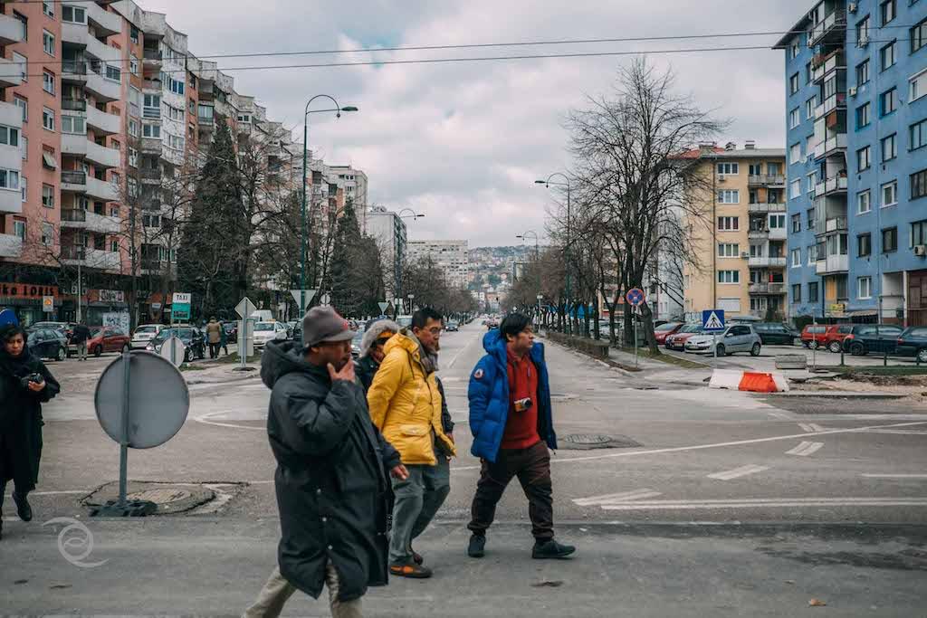 Sisi kiri merupakan pemukiman muslim Bosnia. Sisi kanan hunian Bosnian Serb yang dijadikan sarang penembak jitu oleh para Chetniks.