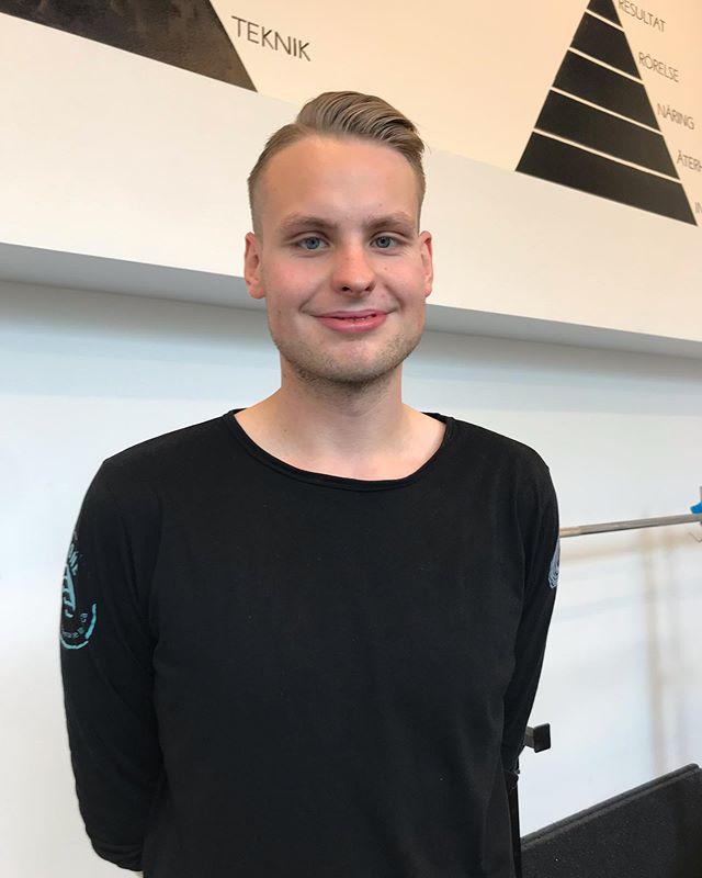 Godmorgon!!! ☀️ Har du semester? Det har inte Jon! 😃 Jon Dannborg är naprapat och jobbar hos oss i Liljeholmen. Han jobbar med problem från hela rörelseapparaten och använder sig gärna av Dry needling som en del i behandlingen. Han har stor erfarenhet av att jobba med hockeyspelare på elitnivå och är en inbiten crossfit-utövare!  Boka tid hos Jon på 0736-550261 eller gå in på www.backboneklinikerna.se och hitta en tid som passar dig! •••••••••••••••••••••••••••••••••••••••••••••••••••••• @backboneklinikerna.se ☎️08-5621 5250 #tahandomsigsjälvärocksåviktigt #byebyepain #ingenkommerihågenfegis #rockyourspine #backboneklinikerna #naprapat #shockwavetherapy #sportsmedicine #liljeholmen #liljeholmskajen #marievik #hägersten #midsommarkransen #gröndal #årsta #aspudden #södermalm #sofo #knivsöder #kistasciencetower #norrabantorget