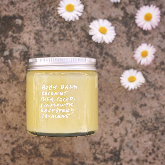 Those summery flowers are your typical put-irrelevant-plant-in-picture-faux-pas, but there you go. By the way you need this for winter 🙈 Recipe on the blog! 👆 . . . #homemadeskincare #greenskincare #diybeauty #organicskincare #diyskincare #diybalm #hemmagjordhudvård