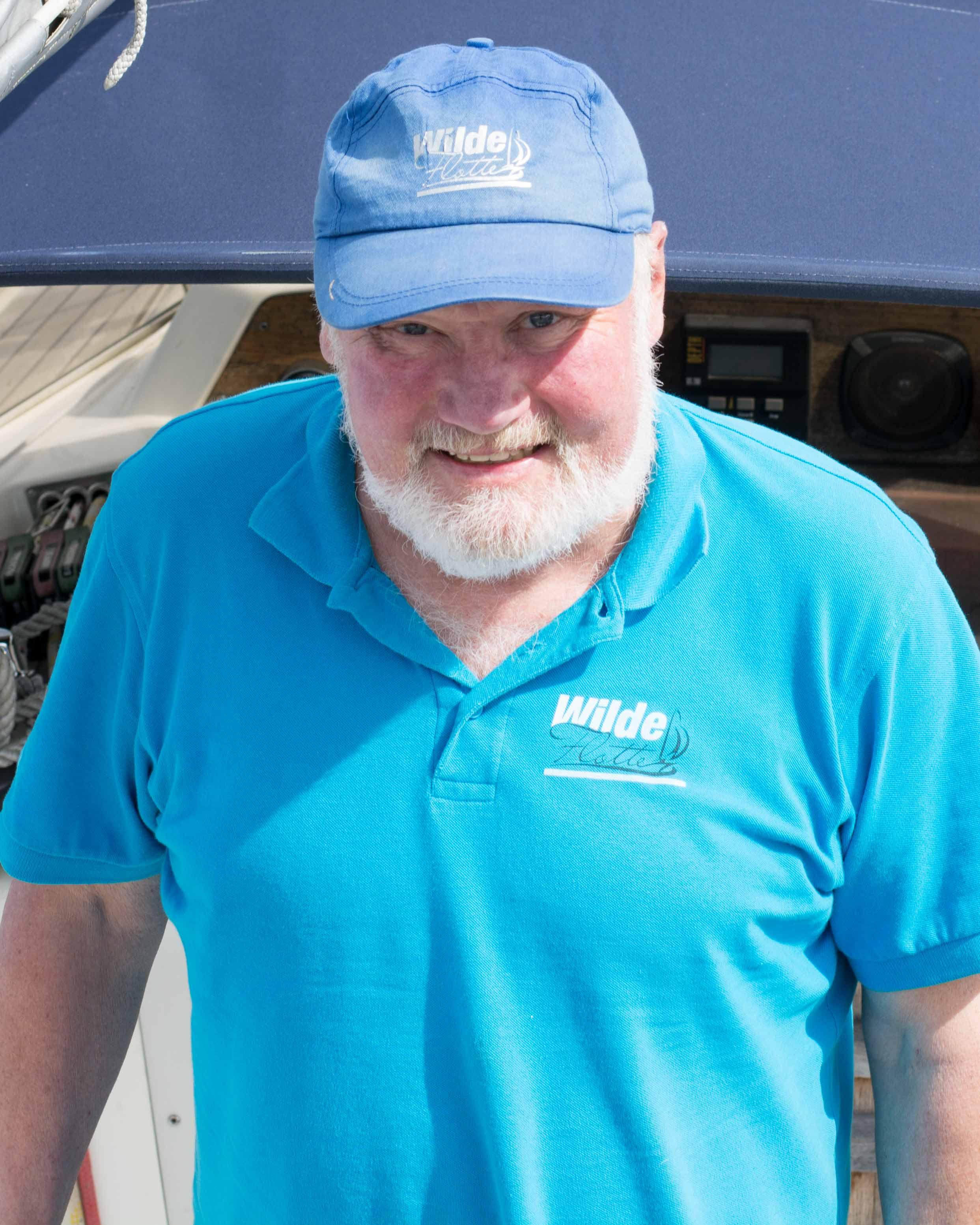 Martin - Zusammen mit Uli gehört er zu den erfahrensten im Team. Hat mehr als 16000 Seemeilen, überwiegend als Skipper, auf jeglichen Gewässern auf dem Buckel. Ist Inhaber des SKS, SSS und SHS. Als Leidenschaftlicher Hobbymeteorologe bietet er bei uns auch ein Wetterseminar an. Ansonsten ist er als Skipper oder Motorboot- und Segellehrer seit 2015 bei der Wilden Flotte tätig.