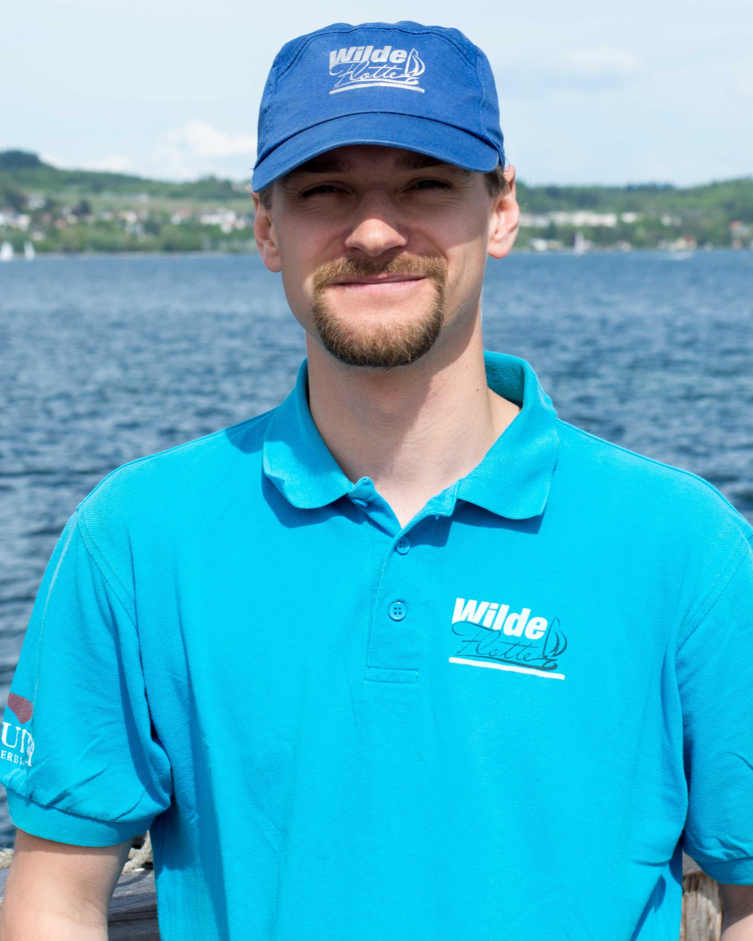 Markus - Arbeitet seit 2014 bei der Wilden Flotte. Ob Segelboot oder Motorboot, er fühlt sich überall zuhause. Wenn er nicht nicht bei uns arbeitet, ist er entweder an der Uni zu finden (Studium Maschinenbau) oder in seinem Lieblingsrevier Kroatien privat oder als Skipper auf verschiedensten Booten unterwegs.