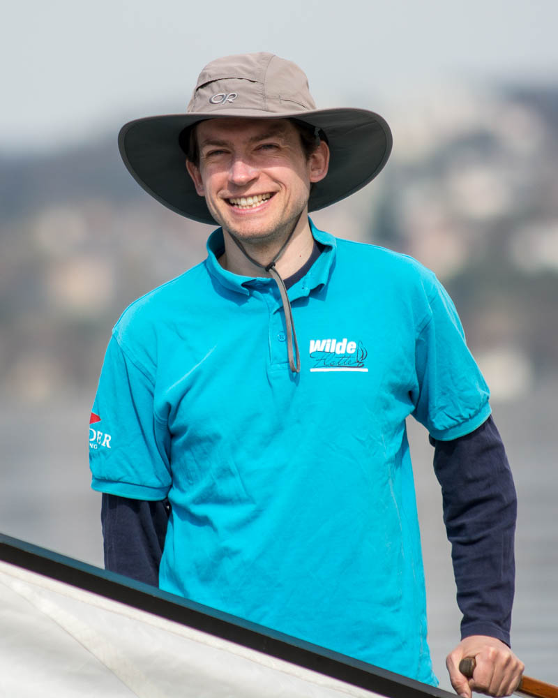 Torsten - Aufgewachsen am Bodensee und seit 2018 im Team der Wilden Flotte aktiv. Am liebsten natürlich bei der Segelausbildung auf dem Wasser, aber auch oft am Computer und dort zuständig für Marketing und Kommunikation.