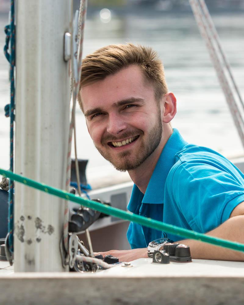 Philip - Als Nordlicht ist er mit dem Wassersport aufgewachsen. Als er zum Studieren an den Bodensee kam, machte er deshalb das BSP und ist seitdem bei uns als Segel- und Motorbootlehrer - auch gerne mit Wakeboard - im Einsatz.