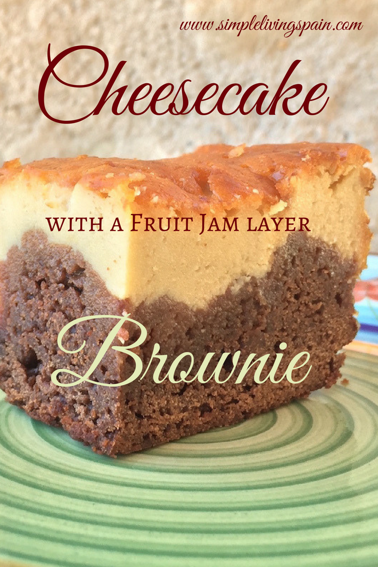 This cheesecake brownie with marmalade is the ultimate festive cake you've been looking for! By Sunny Simple Living at Mas del Encanto.