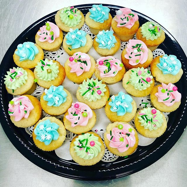 #cakeachance #cupcakeminis #cute #festive #yum #yummy #holidaytray #sprinkles #holidaytrays