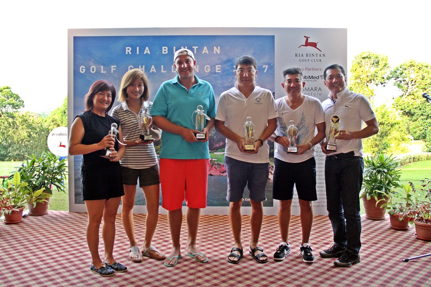 From left to right: Kwok Lilian (Ladies Best Nett Winner), Tan Yen Yen (Ladies Best Gross Winner), Gregory Edwards Hides (Member Division Best Gross Winner), Feng Li Jun (Division A Best Gross Winner), Vincent Tan Hai York (Division A Best Nett Winner), Gary Ng (Overall Gross Champion).
