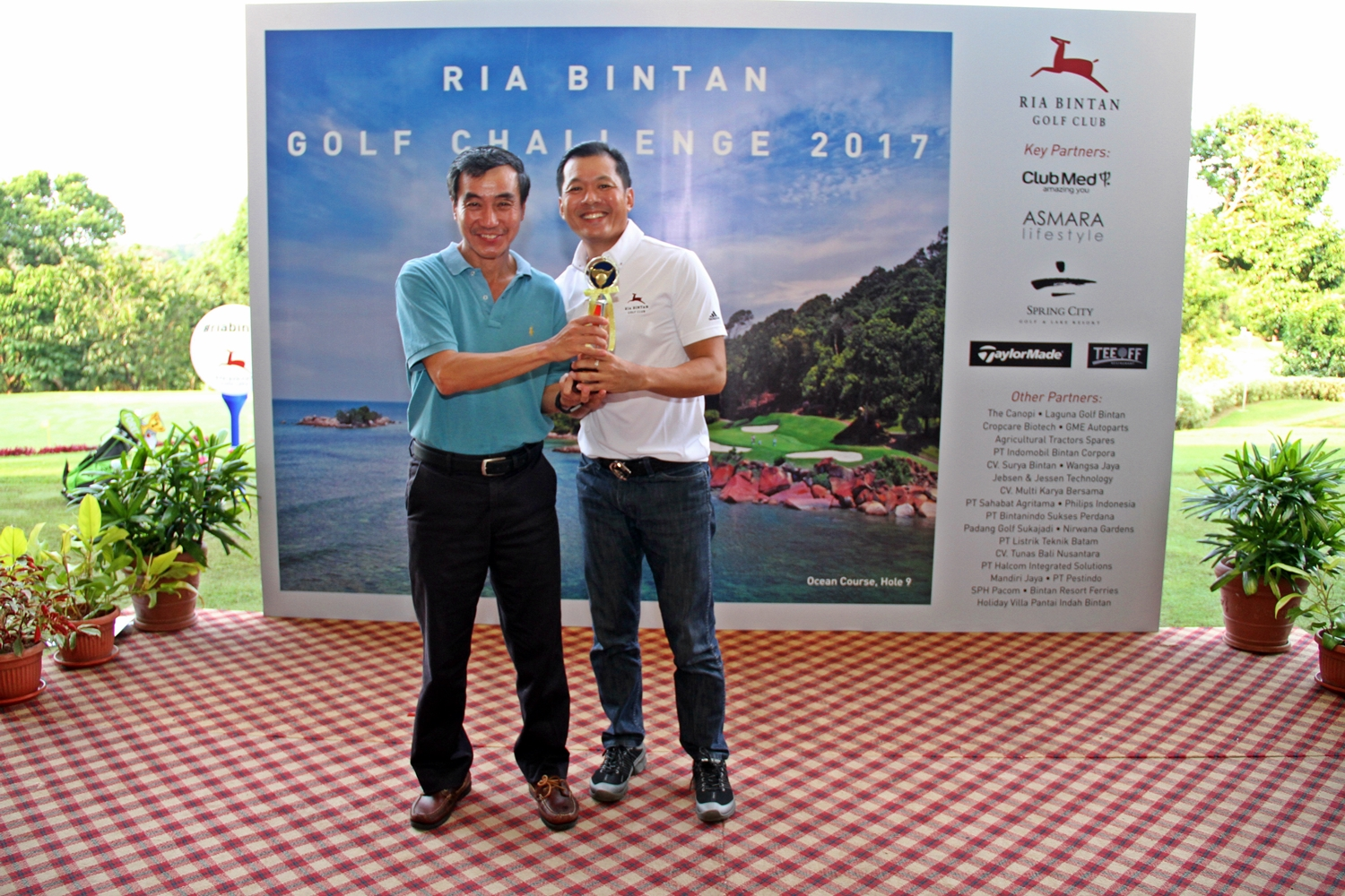 From left to right:  Khoo Peck Khoon (General Manager, Keppel Land Hospitality Management, Golf & Marina), Gary Ng (Overall Champion).