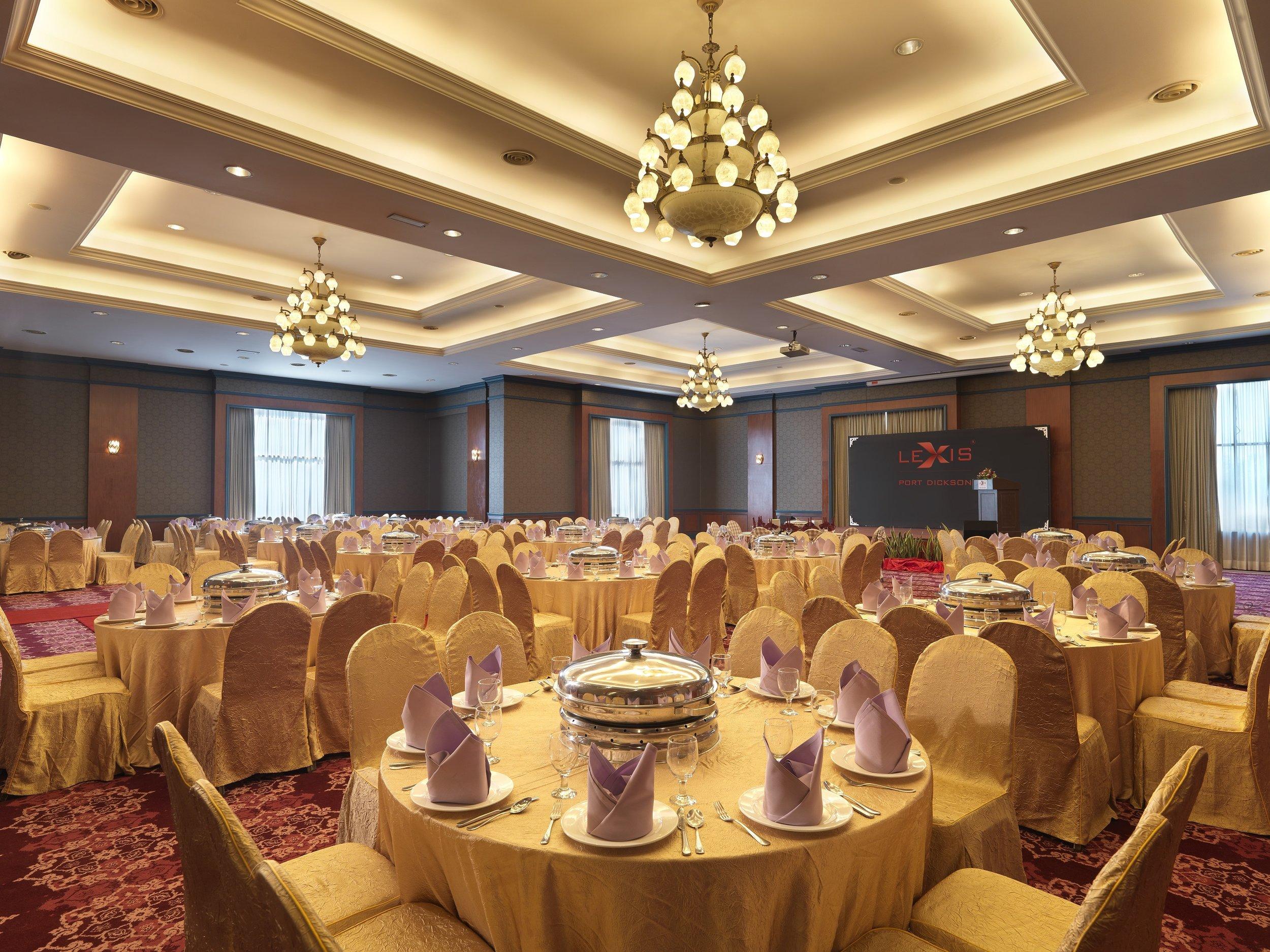 CE. Indoor Facilities - Ballroom - Round Table.jpg