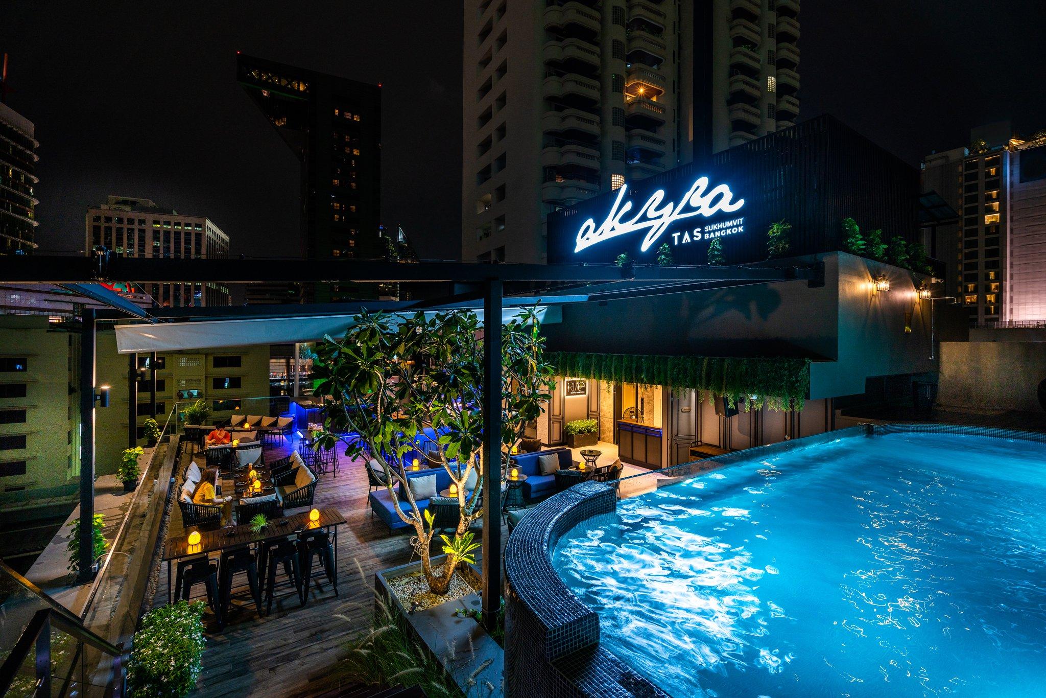 akyra_sukhumvit_rise_bar_pool_night_rooftop_S.jpg