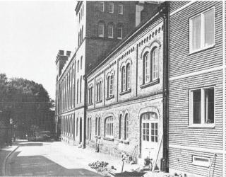 Tillbyggnader från år 1868 och 1947 längs Sankt Annegatan.