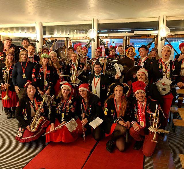 Tut och fanfar! Håll i hatten för nu har @altekamereren fått kontroll över kontot!  Vilka är då Alte Kamereren? Vi är en nästan 55 år ung studentorkester som flera av er säkerligen har sett spelandes på stan eller på fester, eller live i buren under Musikhjälpen i vintras. Den här veckan taggar orkestern och vår eminenta Kamrérballet för att invadera Linköping för @studentorkesterfestivalen SOF!  Häng med vettja!