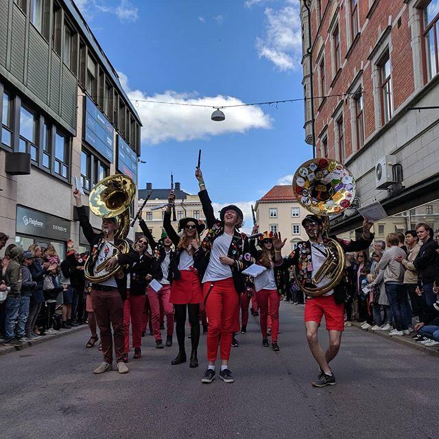 @altekamereren  har röjt vår väg genom centrala Linköping till 50 000 lokalbors förnöjelse och förtretelse. Ledda av den alldeles eminenta Kamrérballeten och vårt standar med skånska flaggan!  Känner du att detta verkar fruktansvärt roligt så är du varmt välkommen, vi repar på torsdagar i ett skyddsrum nära dig!