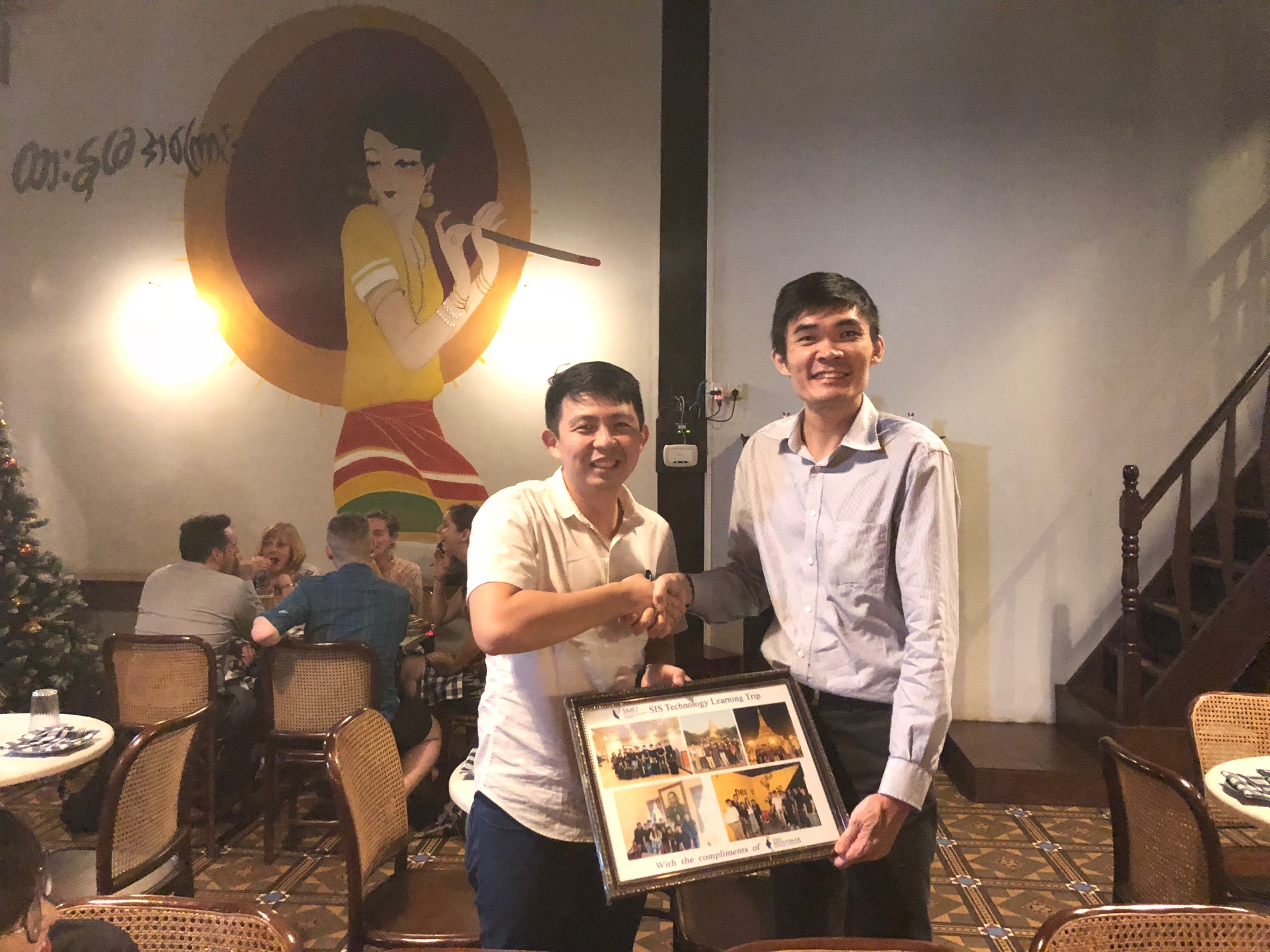 SMU MAC President was giving a welcome gift to Prof Lee Yeow Leong & team from SMU SIS on Dec 13, 2017.jpg