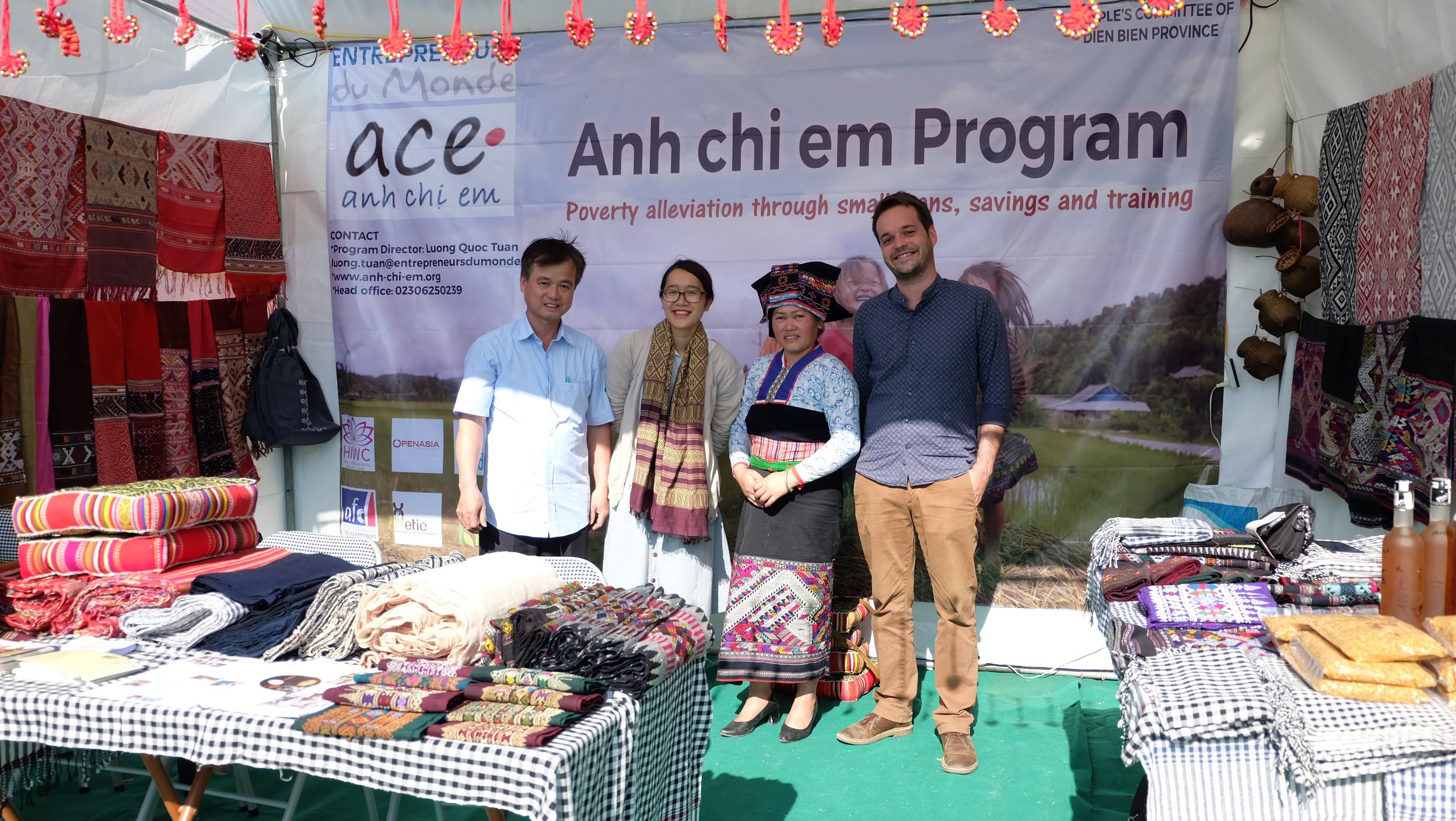 Anh Chị Em - Chương trình tín dụng vi mô - Hội chợ quảng bá sản phẩm của người dân tộc Thái