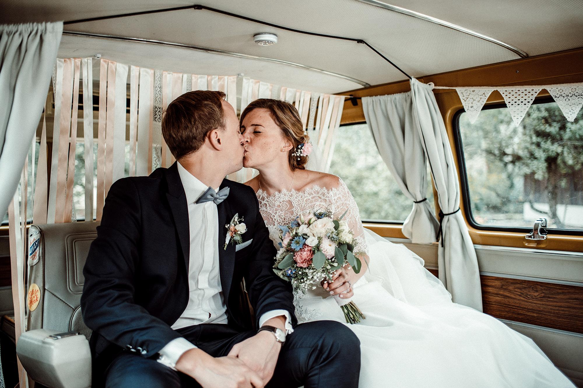 Hochzeit Jimmy Fotobus Brautpaar Kuss Bus Fotobooth Fotobox Photobooth