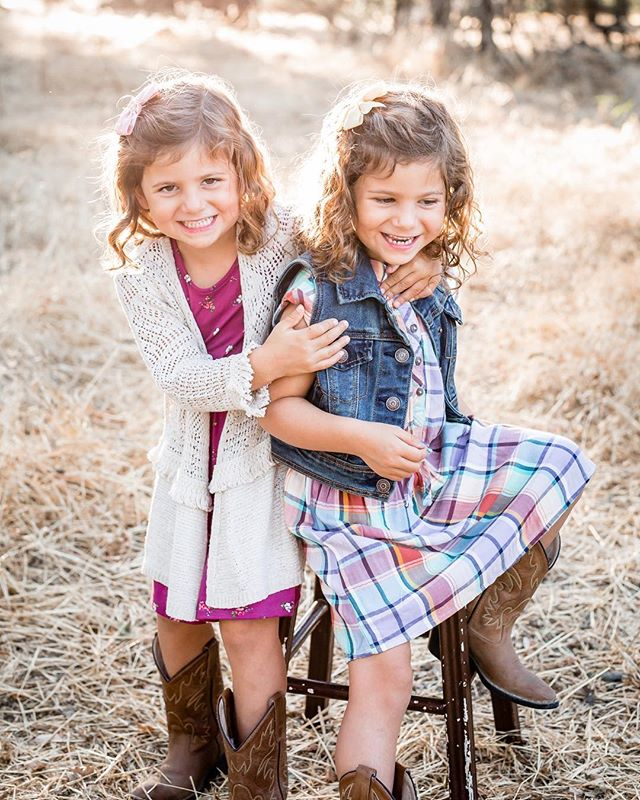 Cutest little twinsies 💛👭 #sisiterlylove #twins #twinsisters #twinstagram #twinbond #familysession #riponphotographer