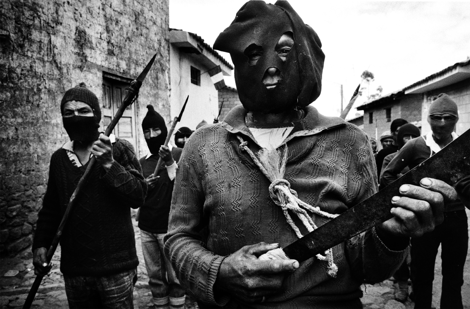 1991, Daily Life Reportage, 1° premio © Ivo Saglietti Peru, Ayacucho.  Il nome di Ayacucho ('luogo della morte' nel linguaggio locale) si è rivelato profetico: più di un decennio di conflitti tra i guerriglieri del Sendero Luminoso (Sentiero Luminoso) e la polizia ha provocato la morte di circa 20.000 persone.