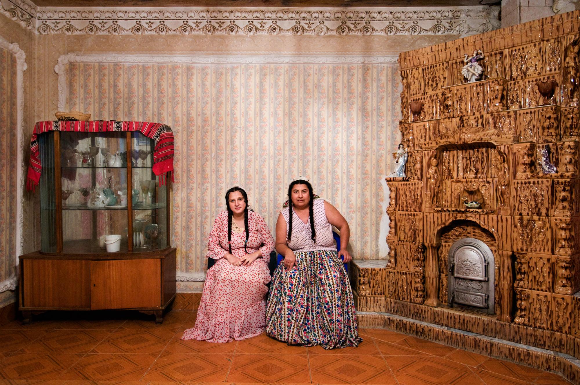 2008, Portraits Reportage, 1° premio © Carlo Gianferro Romania, Ciurea.  L'interno delle case dei Rom abbienti appare immacolato. Le cucine sono principalmente una vetrina, dato che le donne preferiscono cucinare fuori casa in calderoni comuni, insieme ad amiche e vicine.