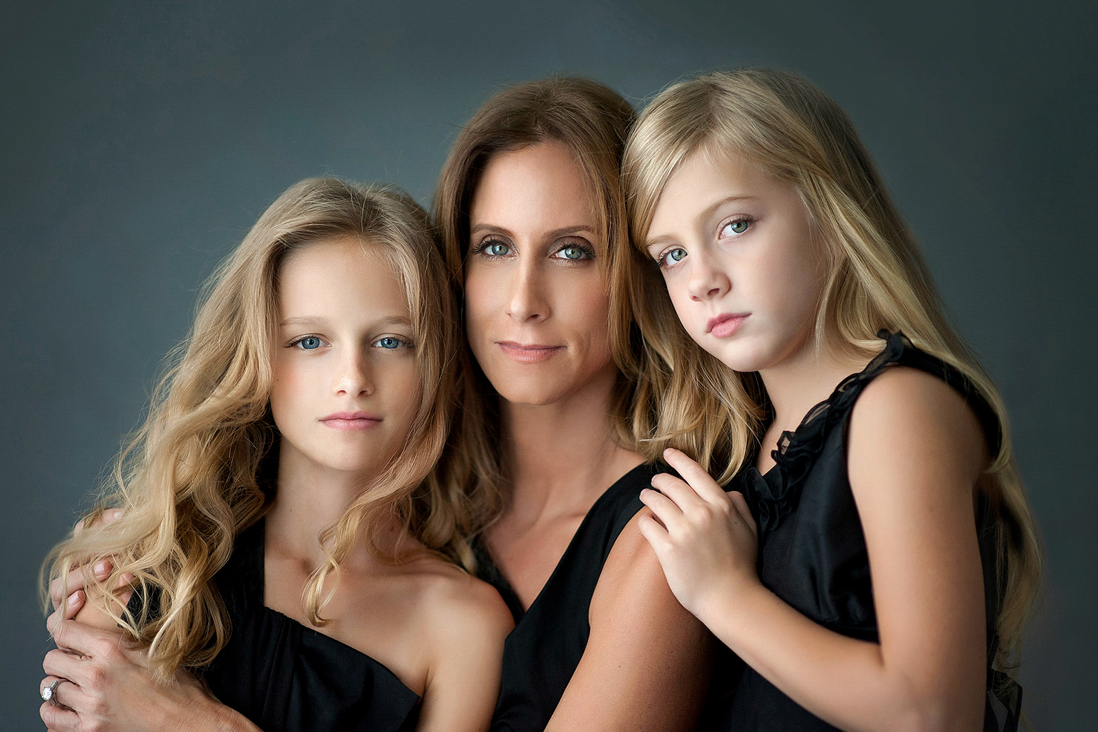 1-mother-daughters-beauty-portrait-hair-style-makeup-posing-timeless-classic.jpg