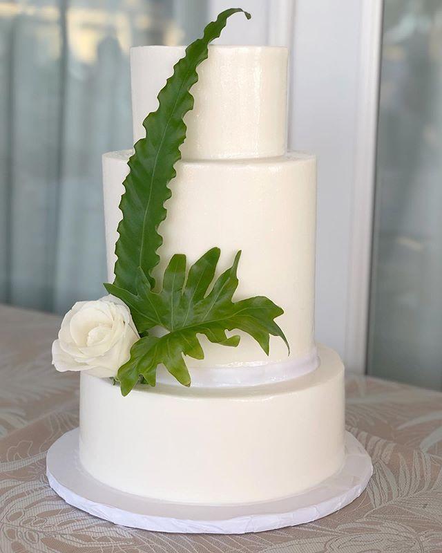 Still swooning over this beautiful, yet, simple cake design by @cakesbykarol & @Milan_event from this weekend's #wedding! • • • • #destinationwedding #luxurywedding #weddingday #happilyeverafter #bestdayever #justmarried #weddingvibes #keywest #flkeys #soireekeywest #hireaplanner #weddingplanner #weddingpro #dayofcoordination #lifeofaweddingplanner #weddingtrends #love #igerswedding #weddinginspo #weddingdetails