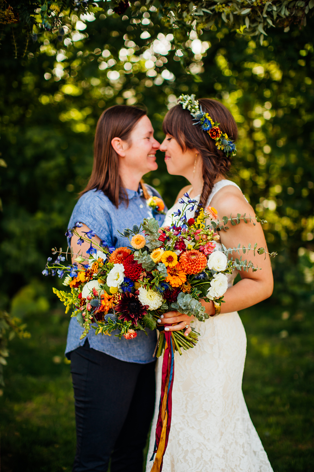 'Voyage White' lisianthus making a statement in this saturated, glorious bouquet.  Image ©   Mallory Munson.