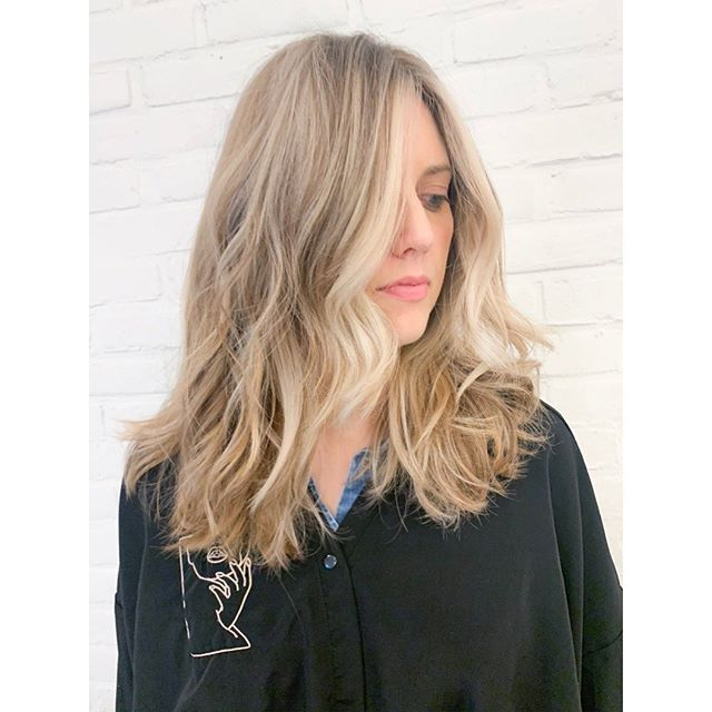 When you finish a 4 hour blonding project on thick, thick hair and it's dark outside. 😅 Welcome back Winter lighting ✨ ... still took a 100 pics and can't decide which to post ! . . . . . . . . #nycblonde #nyccolorist #nychairstylist #nyc #nychairsalon #blondehair #framarbrushes #framar #redkenshadeseq #blonder #moneypiece #blondehighlights #blondenyc #blondetransformation