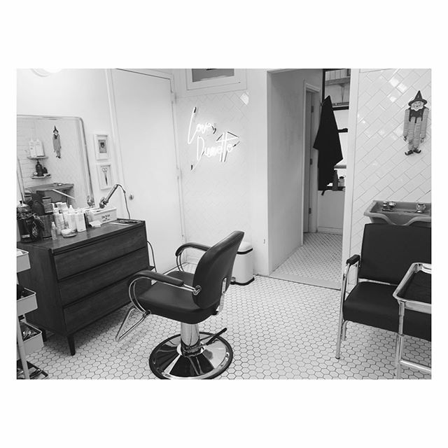 Cute little workspace ✨💗 . . . . . . #nyc #lowereastside #nychairstylist #nychairsalon #les #