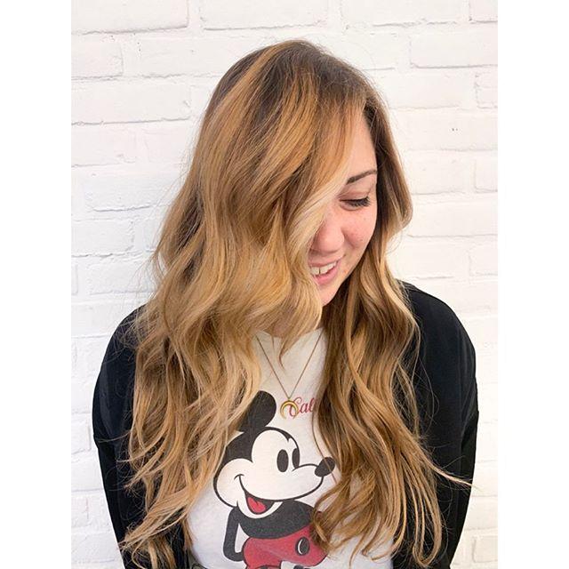 Fresh Balayage better than a day at Disneyland. 🧚🏽♀️ . . . .  #nyc #nycbalayage #nycbalayagespecialist #nycbalayageartist #balayagenyc #warmbalayage #redkenshadeseq #beachwaveshair #balayagehair #bestofbalayage #handpaintedhighlights #hairsalon #refinery29 #nychairstylist