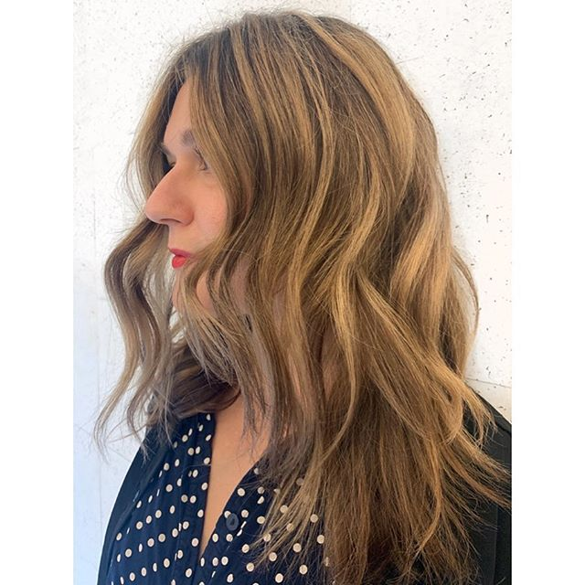 Full Hair Painting to blend out old box color and gracefully go lighter! ✌🏼❤️☀️ . . . . . .  #nycbalayage #nychairstylist #handpaintedhair #balayageartist #hairpainters #handpaintedhighlights #redkenshadeseq #warmbrunette #hairstory #fallhair #fallhaircolor #balayagenyc #balayagehair
