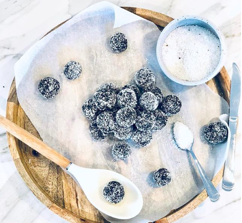 - Ingredients2 cups Pepitas ground¼ cup protein½ Cup cacao1 mashed banana2 tbs coconut oil melted13 ish dates medjool soft fresh (1 cup)Pinch saltMethodMix everything together in food processor or thermie until sticky and rolls in balls, roll in desiccated coconut and fridge or freeze until needed.