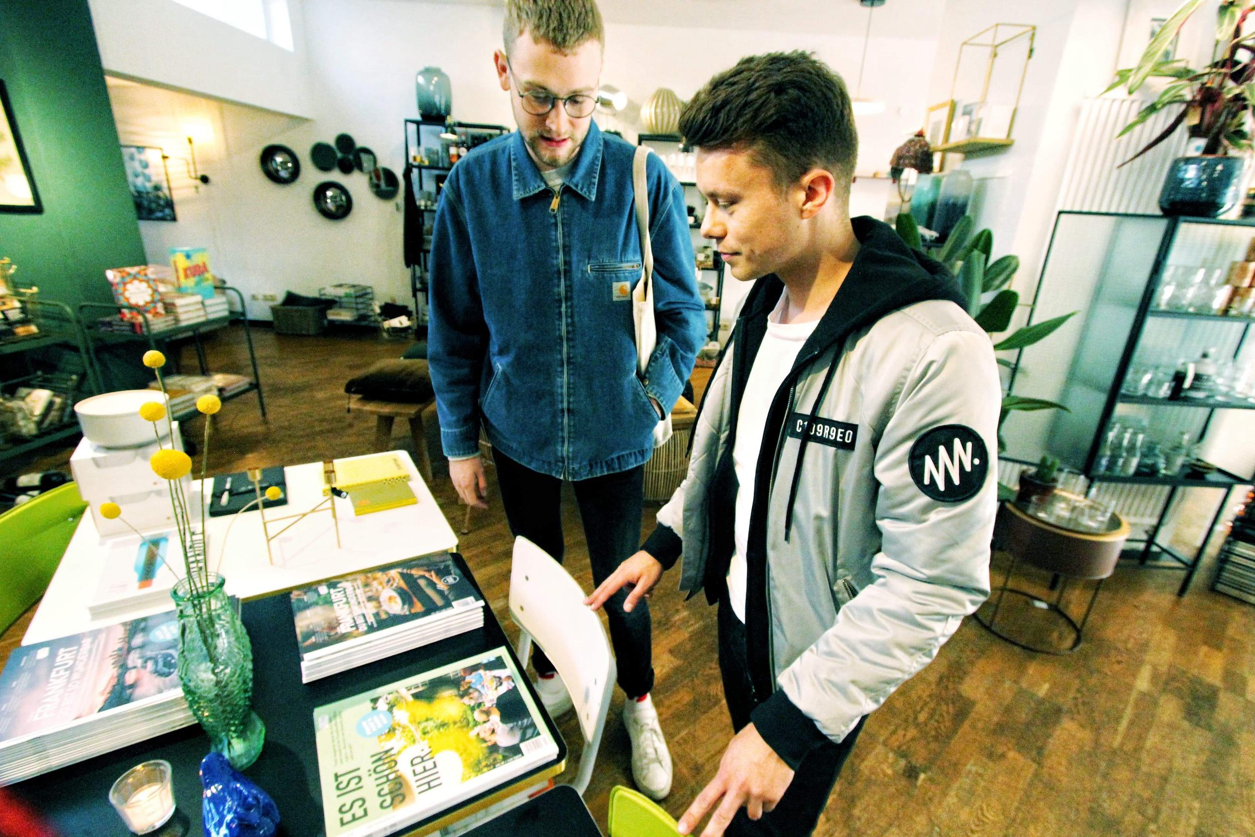 Johan staunt die Auslage an: All' unsere Magazine gibt's bei Liebesdienste zu kaufen.