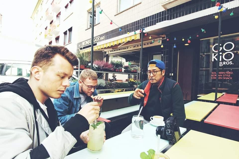 Die Frankfurter Limonaden-Gespräche: Ho-Seong Kim (rechts) erzählt von Korea, Johan von Berlin.