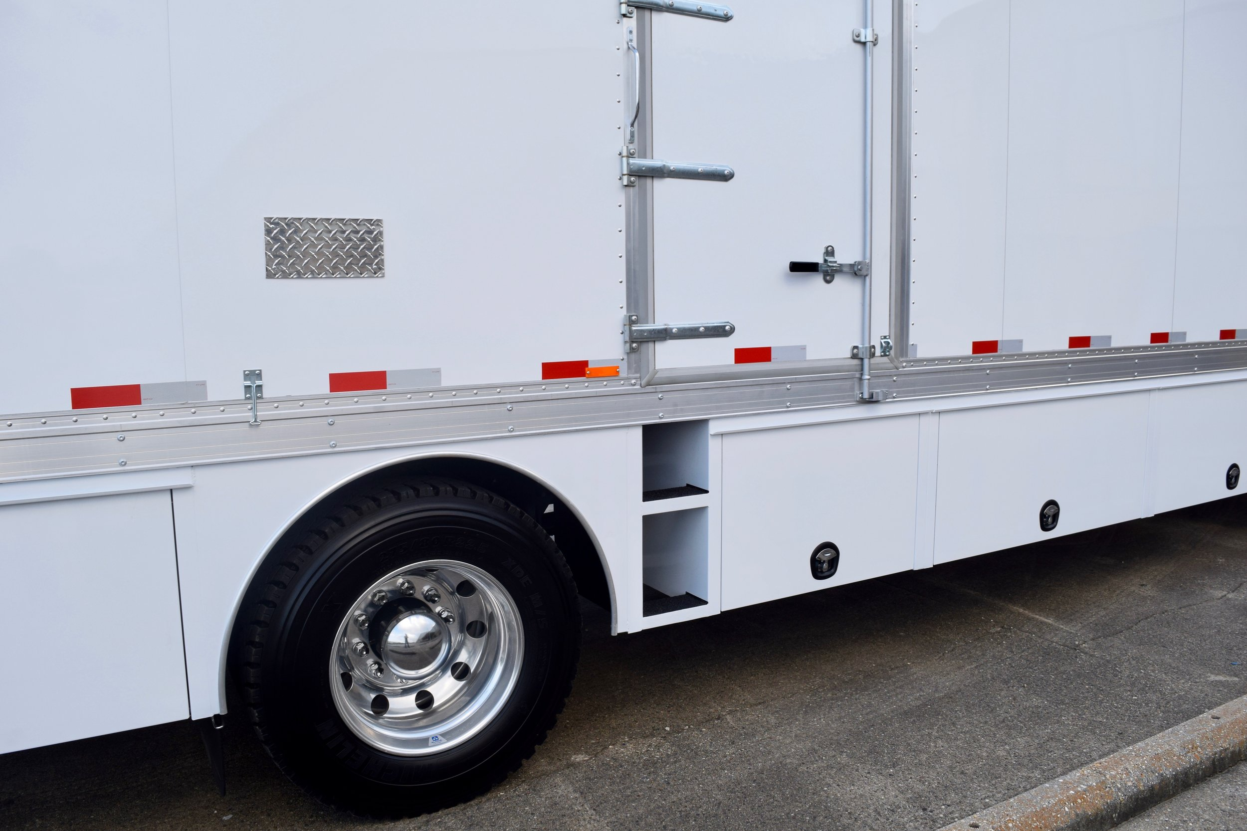External built-in steps to maximize cargo space