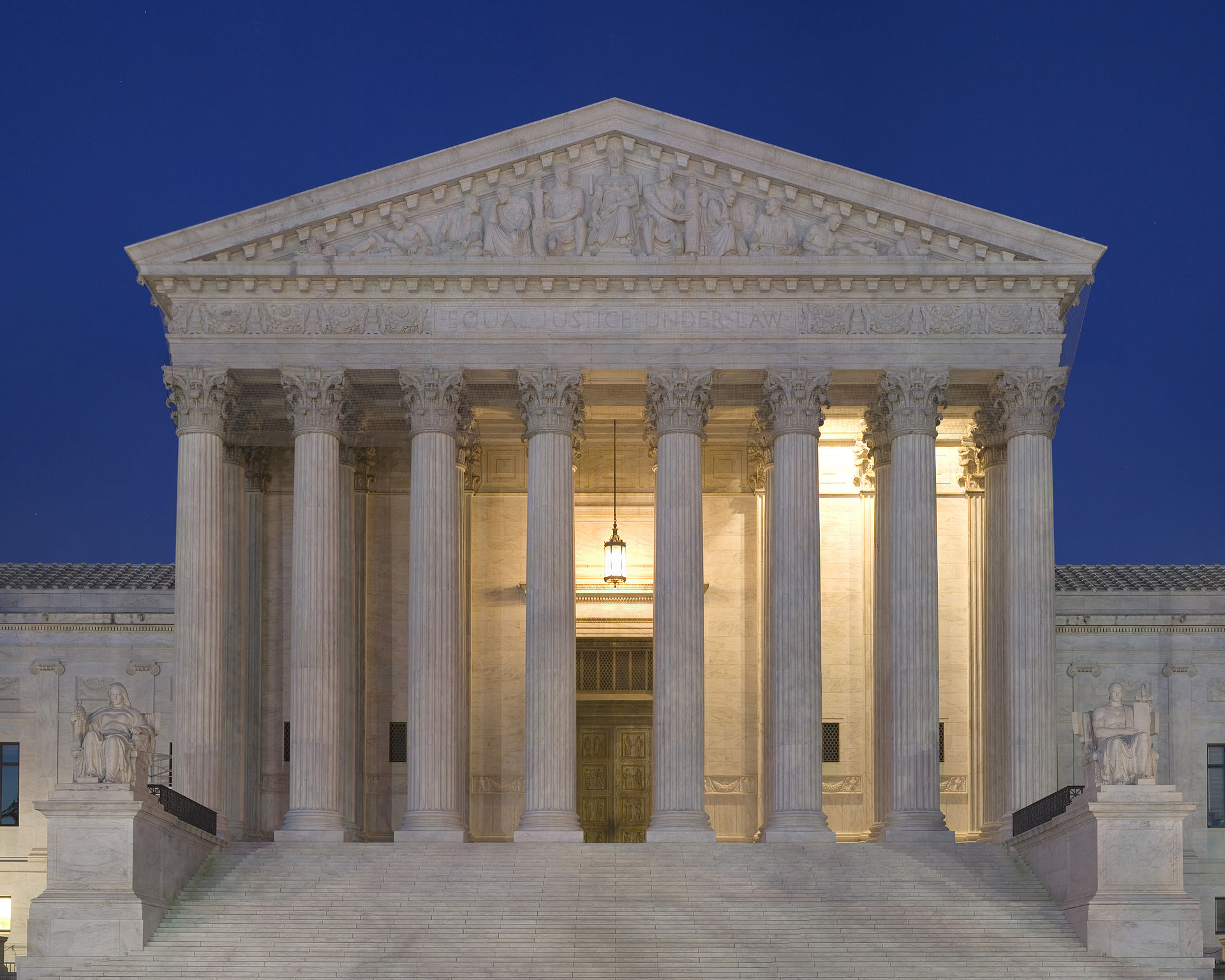 Photo: Wikimedia Commons, https://commons.wikimedia.org/wiki/Supreme_Court_of_the_United_States#/media/File:Supreme_Court_Front_Dusk.jpg