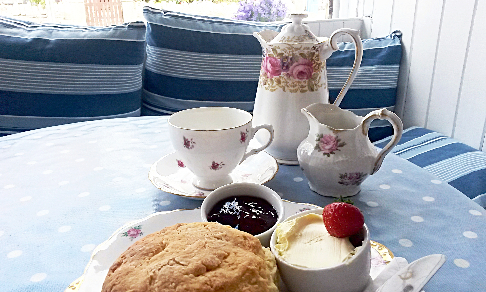 CAFE CLOUD - Sit back and relax in this wonderful, quaint cafe with a vintage twist, just up from Newquay Harbour. Find lovely breakfasts, home-made waffles, sandwiches, toasties, cakes, quiches, sundaes and the best cream tea in town! Lots of gluten free options and a vegan selection available. Dog friendly07719 822156