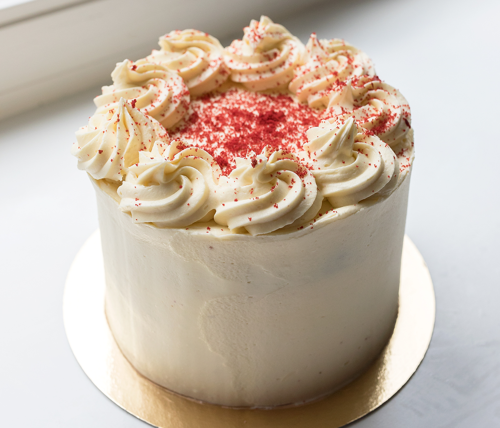 Red Velvet Cake - One of our most special cakes is the Red Velvet cake, it serves up to 20 people and costs 59,-. This price includes a tall cake box.